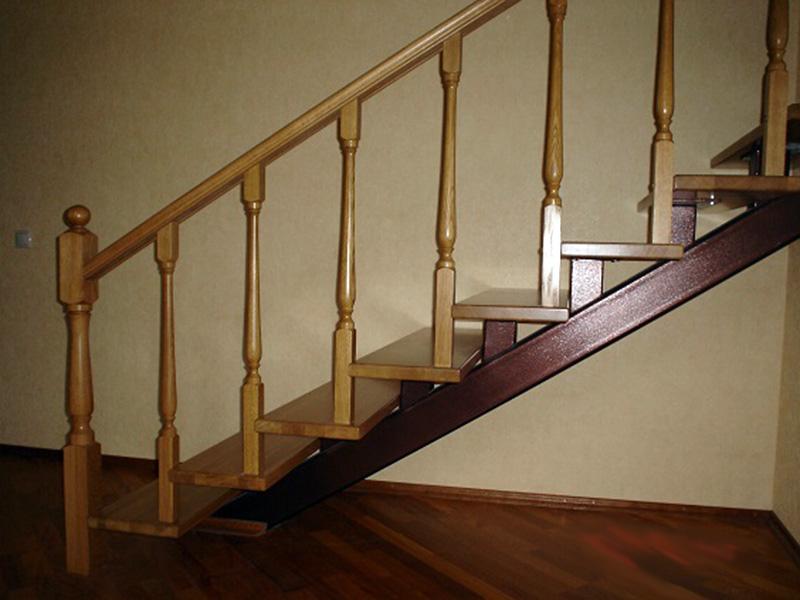 Деревянная лестница на металлическом каркасе своими руками